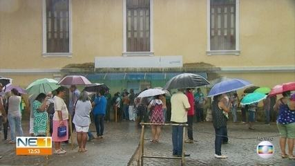 Farmácia do Estado registra mais um dia de longas filas, mesmo com chuva