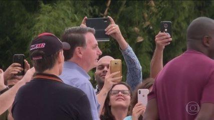 Em Brasília, Bolsonaro causa aglomeração e conversa com apoiadores sem usar máscara