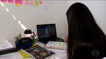 Estudantes de realidades diferentes se esforçam para estudar para o Enem