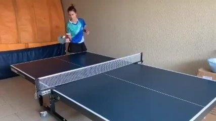 Mágica? Bruna Takahashi treina tênis de mesa sozinha em casa na quarentena
