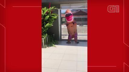 Médico se veste de dinossauro para abraçar o filho em Caraguatatuba