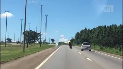 Motociclista faz zigue-zague e invade contramão durante perseguição no DF
