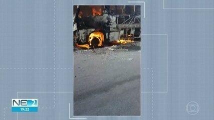 Micro-ônibus pega fogo em Jaboatão dos Guararapes