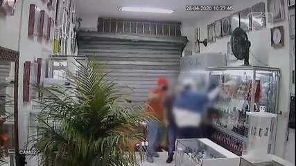Dupla rende proprietário e assalta relojoaria em Votorantim; vídeo