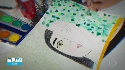 Crianças fazem desenhos para mostrar o que estão sentindo durante a quarentena