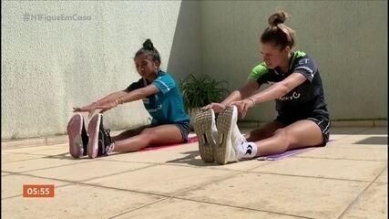 Irmãs Takahashi treinam tênis de mesa em casa