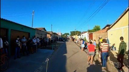 Goianos dormem em barracas e passam mal em filas para tentar sacar o auxílio emergencial