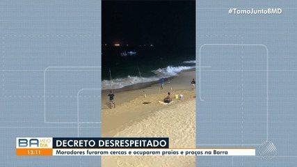 Moradores são flagrados tomando banho de mar na praia da Barra, em Salvador