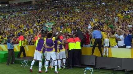 Gol do Brasil! Neymar toca para Oscar e recebe de volta, marcando um golaço, aos 43' do 1° tempo