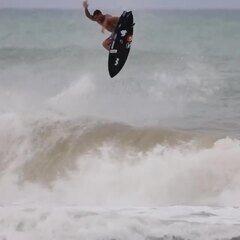 Ítalo Ferreira voa muito alto durante treino em Baía Formosa e manobra impressiona