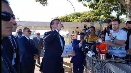 Bolsonaro manda jornalistas calarem a boca