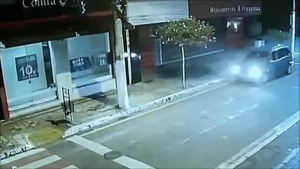 Morador tem carro alvejado durante ataque a banco em Ourinhos; vídeo