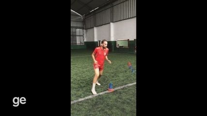 Jogador Matheus do São Paulo-AP durante treino na quarentena em grama sintética