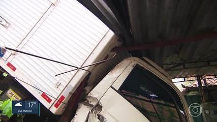 Caminhão desgovernado invade imóvel em Nova Lima