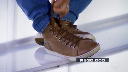 Luciano tira sapato com Naíne, participante do 'The Wall'