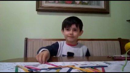 Alexandre de 6 anos começou a gravar vídeos com o que os professores ensinavam nas aulas