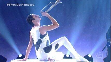 Silvero Pereira presta homenagem a Freddie Mercury no Famous Show