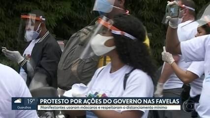 Manifestantes fazem protesto por ações do governo contra o coronavírus nas favelas