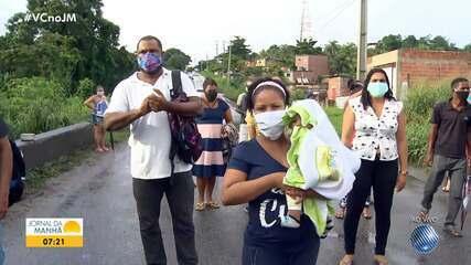 Moradores que vivem nas imediações da barragem Rio dos Macacos fazem protesto