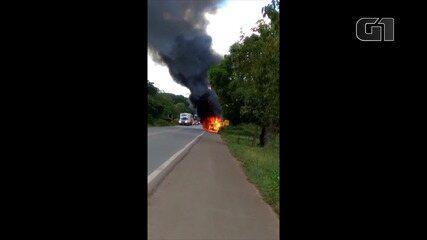 Ambulância pega fogo na BR-135 no Maranhão