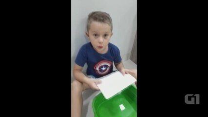 Menino faz 'mágica' com papel e água para a mãe que está distante
