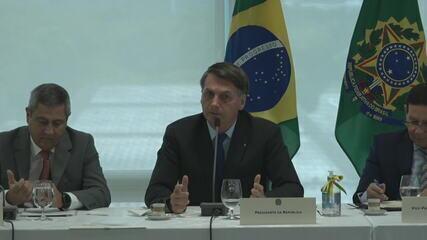 Bolsonaro olha para Moro ao falar em interferir; veja por volta de 2'10