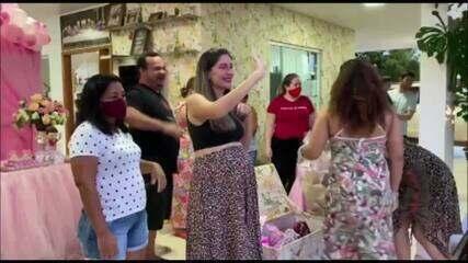 Grávida ficou emocionada com a surpresa dos amigos.