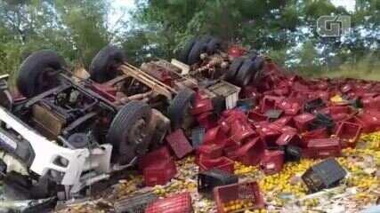 Caminhão carregado de frutas tomba na BR-135 e motorista fica preso às ferragens