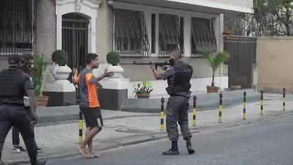 Policial aponta fuzil para manifestante no Rio de Janeiro