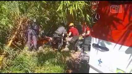 Motorista fica quase 12h preso às ferragens após carro cair em bambuzal