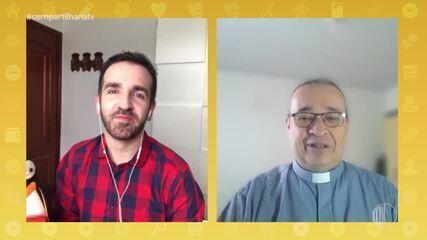Filipe Almeida conversa com padre Luis da Paróquia Santa Rita de Cássia
