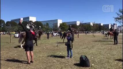 Cavalaria da PM-DF se posicionou no gramado, próximo ao Congresso Nacional, para impedir que manifestantes chegassem até a Praça dos Três Poderes