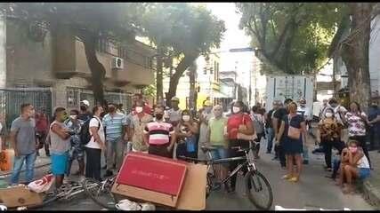 Protesto cobra respostas sobre auxílio emergencial, no Recife
