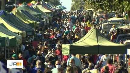 Apesar das regras de distanciamento, feira fica lotada em Aparecida de Goiânia
