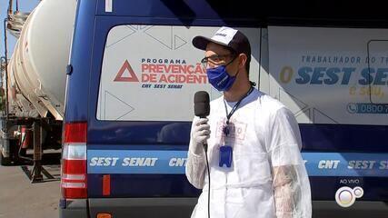 Caminhoneiros que passam pela BR-153 recebem orientações contra o coronavírus
