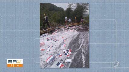 Caminhão carregado de açúcar vira na estrada na região da Serra do Marçal, sudoeste da BA