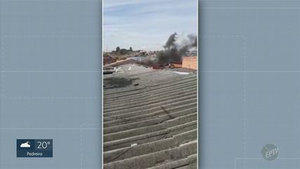 Corpo de Bombeiros combate incêndio em imóvel no Parque Floresta, em Campinas