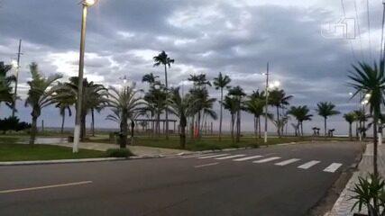 Forte ventania causa estragos e ressacas no litoral paulista durante a madrugada