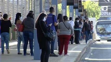 Movimento nos terminais de ônibus continua intenso no primeiro dia após novo decreto