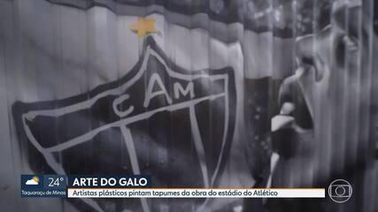 Grafiteiros pintam tapumes do estádio do Atlético-MG com homenagens a ídolos e torcida