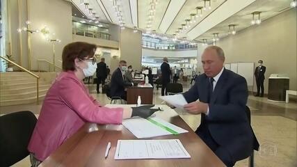 Eleitores russos aprovam reforma constitucional que permite ao presidente ficar no poder