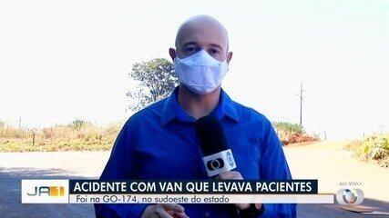 Van que levava pacientes para hemodiálise se envolve em acidente na GO-174, em Rio Verde
