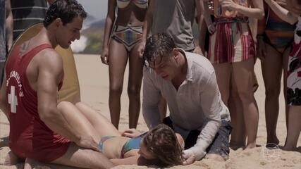 Eliza se afoga e Arthur a resgata