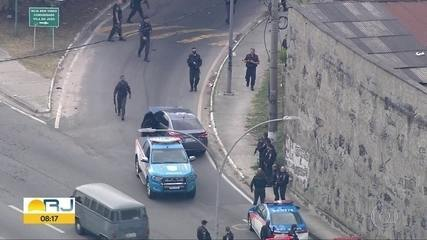 Polícia retira carro roubado, abandonado na entrada da Vila do João