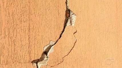 Moradores ainda não receberam indenização por vazamento que provocou rachaduras em casas