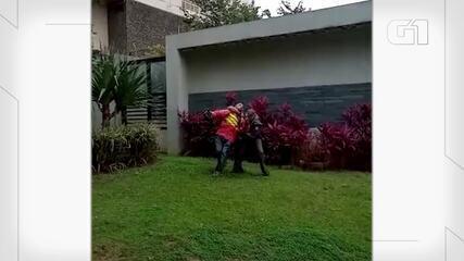 Vídeo mostra PMs dominando entregador em abordagem em Pinheiros.