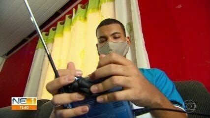 Professores fazem aulas pelo rádio para ajudar estudantes que não têm internet em Limoeiro