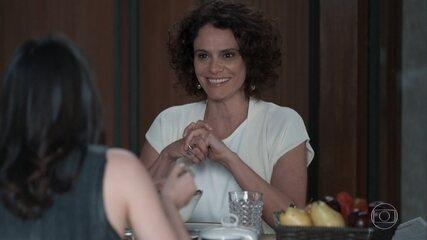 Marta conversa com Lica enquanto ela toma Iogurte