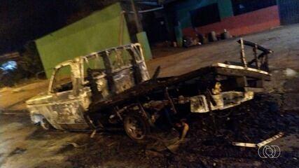 Caminhonete é totalmente destroída por fogo, em Jataí
