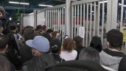 Atraso na abertura do metrô de SP deixa multidão de passageiros esperando